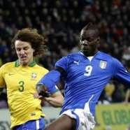 Mario Balotelli, 22, e David Luiz, 26, in azione durante Italia-Brasile