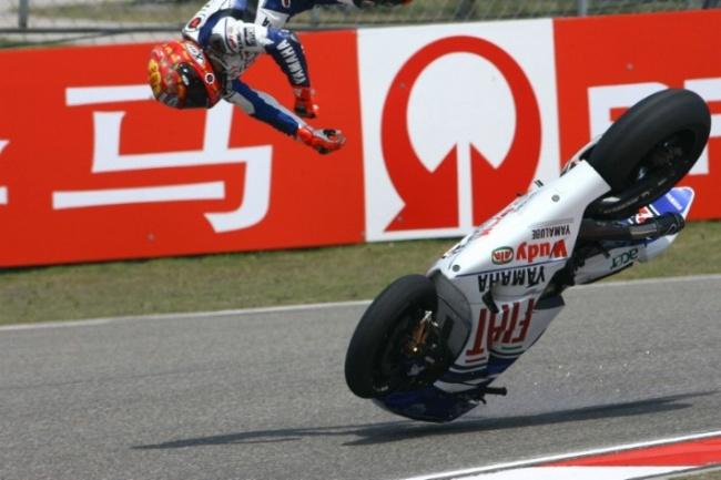 Jorge Lorenzo, 26, sbalzato fuori dalla sua Yamaha