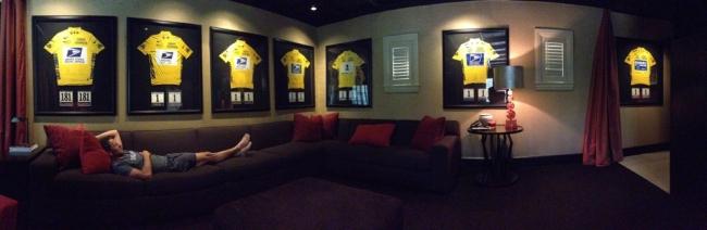 La foto provocatoria, twittata da Armstrong dopo le accuse di doping, con le sue sette maglie gialle