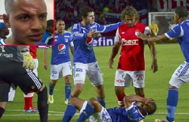 Gerardo Bedoya scalcia un avversario a terra. Prenderà 15 giornate di squalifica per questo gesto