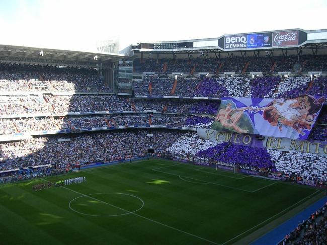"""La coreografia dei tifosi dei """"blancos"""" durante un derby contro l'Atletico"""