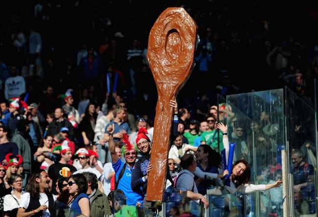 Il famoso cucchiaio di legno esposto dai tifosi italiani in occasione dell'ultimo Italia-Scozia giocato all'Olimpico