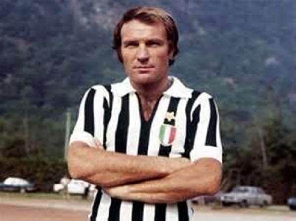 Josè Altafini in forza alla Juventus con il tricolore sul petto