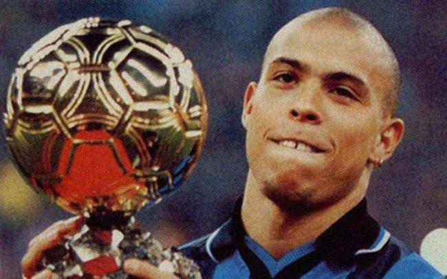 Ronaldo con il suo primo Pallone d'Oro (1997)