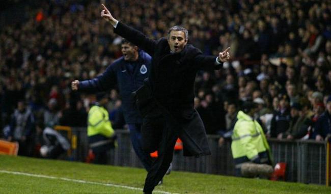 Mourinho corre sotto il settore ospiti dopo il gol di Costinha