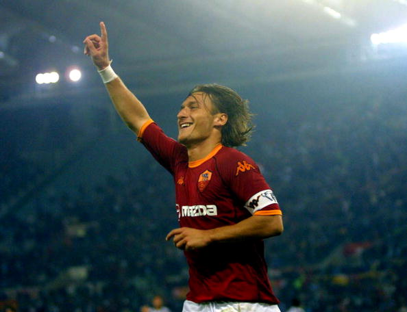 Francesco Totti esulta dopo il gol all'Olimpico contro l'Udinese, 5 ottobre 2002