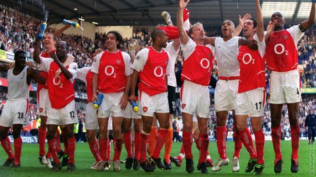 L'Arsenal festeggia la vittoria della Premier alla White Hart Lane di Londra, dopo aver pareggiato contro il Tottenham