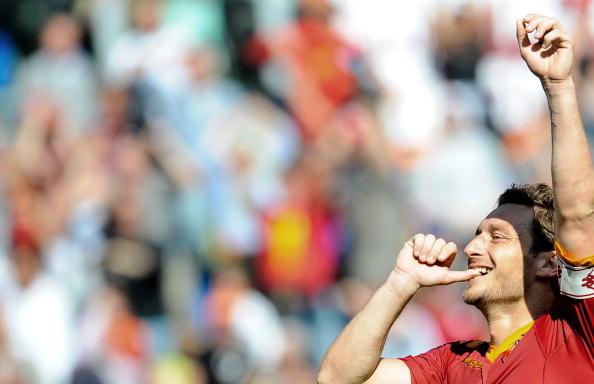 Totti esulta a modo suo dopo la rete contro il Cagliari, 9 maggio 2010