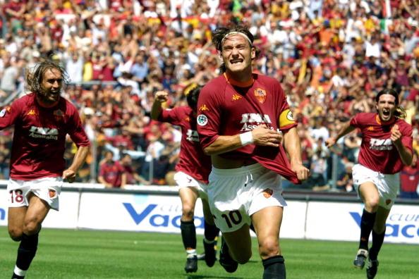 Francesco Totti, 17 giugno 2001, festeggia il gol che sblocca l'ultima partita contro il Parma e che regala lo Scudetto alla Roma