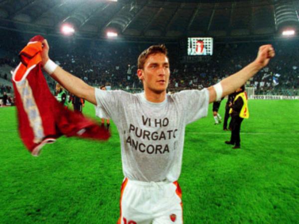 """Totti espone la storia maglietta dopo aver """"purgato"""" la Lazio nel derby del 1999"""