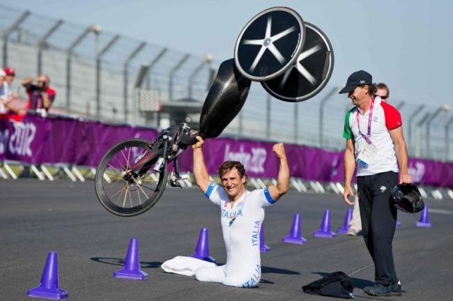 Alex Zanardi esulta dopo l'oro nella cronometro del paraciclismo a Londra 2012