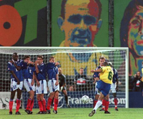 Roberto Carlos calcia il pallone nella celebre punizione contro la Francia