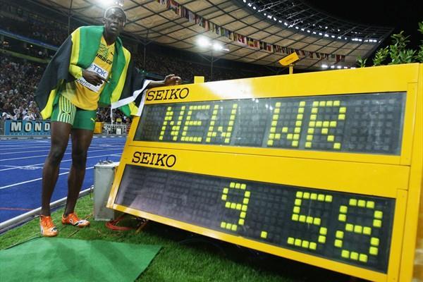 Bolt davanti al monitor con il nuovo prima mondiale