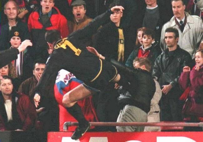 Eric Cantona colpisce il tifoso con il famoso colpo di Kung-fu
