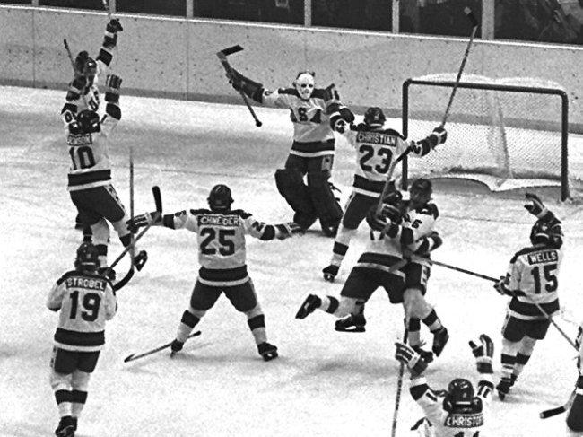I giocatori americani festeggiano la vittoria contro l'URSS