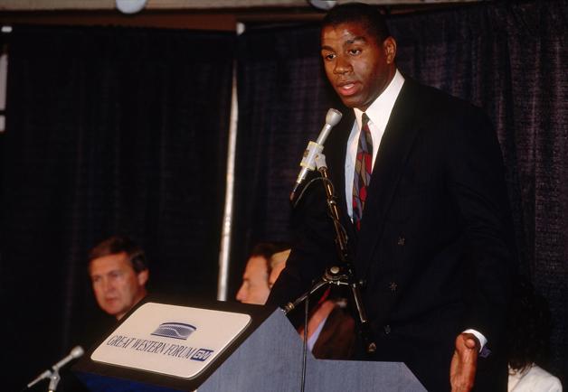 Magic Johnson durante il discorso dell'annuncio della malattia