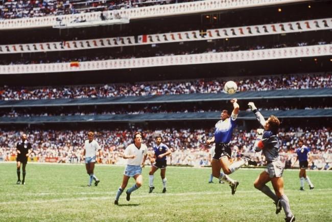 Maradona anticipa con la mano il portiere inglese Peter Shilton
