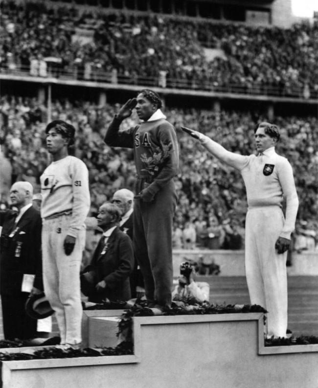 Jesse Owens sul gradino più alto del podio di fronte ad Adolf Hitler