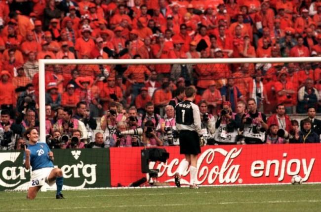 Francesco Totti esulta dopo il rigore realizzato