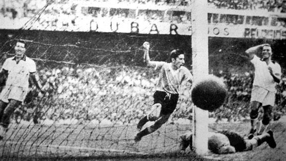 Ghiggia segna il 2-1 per l'Uruguay